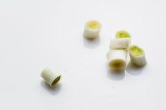 新鲜的韭葱,切在白色背景 图库摄影