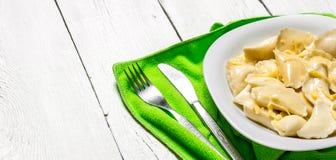 新鲜的馄饨用在板材的乳酪 橄榄凤尾鱼汤 库存照片