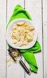 新鲜的馄饨用在板材的乳酪 橄榄凤尾鱼汤 库存图片