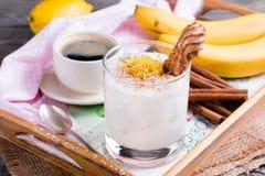 新鲜的香蕉酸奶,可口点心健康早餐 库存照片