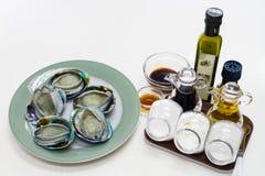 新鲜的鲍鱼用被设置的调味汁 免版税库存图片