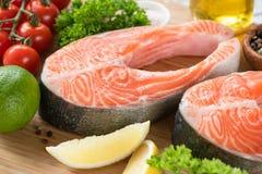 新鲜的鲑鱼排和成份烹调的 库存照片