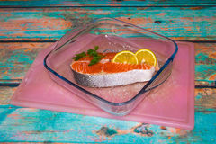新鲜的鲑鱼排和柠檬 免版税图库摄影