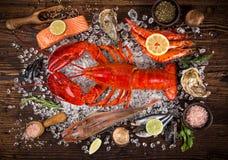 新鲜的鲜美海鲜在老木桌上服务 免版税库存图片