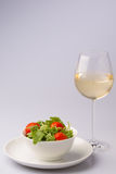 新鲜的鲜美火箭沙拉用白葡萄酒 库存照片