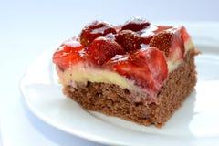 新鲜的鲜美草莓蛋糕 免版税库存照片