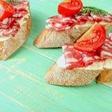 新鲜的鲜美蒜味咸腊肠三明治 与熏制的开胃三明治 免版税库存照片