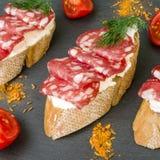 新鲜的鲜美蒜味咸腊肠三明治 与熏制的开胃三明治 库存图片