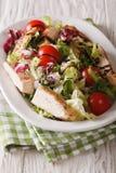 新鲜的鸡丁沙拉、蕃茄、苦苣生茯、莴苣和芝麻菜与b 免版税库存照片