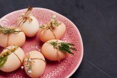 新鲜的鸡和鹌鹑蛋在桃红色板材 顶视图 健康食物和有机耕田概念 免版税图库摄影