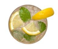 新鲜的鸡尾酒柠檬水,蜂蜜与在白色背景隔绝的黄色石灰切片的柠檬苏打,裁减路线 库存照片