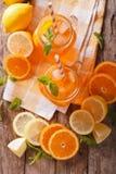 新鲜的鸡尾酒用桔子、柠檬、冰和薄菏在一个玻璃瓶子 库存照片