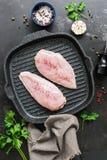 新鲜的鸡肉用在格栅平底锅的香料,黑石难看的东西背景 原始鸡的内圆角 顶视图,平的位置 免版税库存照片