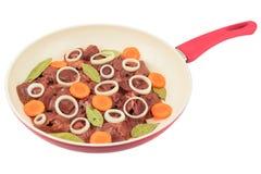 新鲜的鸡肝用在一个白色煎锅的红萝卜 库存照片
