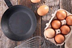新鲜的鸡蛋和煎锅 免版税库存照片
