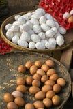 新鲜的鸡蛋在地方缅甸市场上 免版税图库摄影