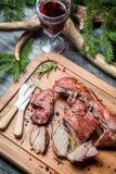 新鲜的鹿肉用在林务员小屋的红葡萄酒 库存图片
