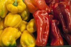 新鲜的黄色和红色意大利辣味香肠被卖在市场上 库存照片