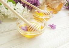 新鲜的黄色蜂蜜淡紫色花土气健康在木背景生气勃勃 图库摄影