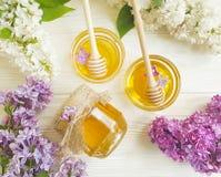 新鲜的黄色蜂蜜淡紫色花土气成份健康在木背景生气勃勃 免版税库存图片