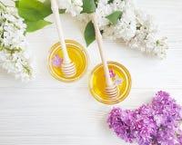 新鲜的黄色蜂蜜淡紫色花成份健康在木背景生气勃勃 免版税图库摄影