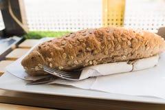 新鲜的整个五谷三明治用火腿和乳酪在轻的木t 免版税库存照片
