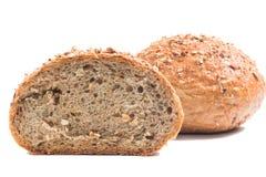 新鲜的整个五谷面包切成了两半 免版税图库摄影