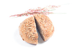 新鲜的整个五谷面包切成了两半 免版税库存图片