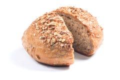 新鲜的整个五谷面包切成了两半 图库摄影