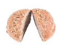新鲜的整个五谷面包切成了两半 库存图片