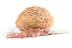新鲜的整个五谷面包切成了两半 库存照片