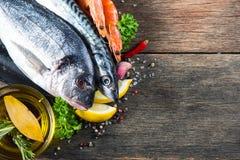 新鲜的整个海鱼用芳香草本和香料 免版税库存照片