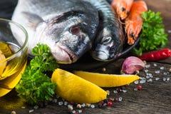 新鲜的整个海鱼用芳香草本和香料 库存照片