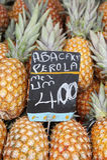 新鲜的整个菠萝果子在农夫市场巴西上 免版税库存照片