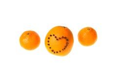 新鲜的水多的明亮的用心脏装饰的蜜桔和桔子o 免版税库存照片