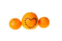 新鲜的水多的明亮的用心脏装饰的蜜桔和桔子o 免版税图库摄影