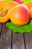 新鲜的水多的杏子 库存照片