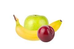 新鲜的水多的果子(李子、苹果,香蕉)在轻的背景 图库摄影