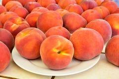 新鲜的水多的桃子果子 免版税库存照片