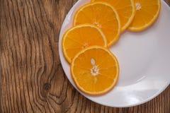 新鲜的水多的桔子 吃健康 橙色背景 免版税图库摄影