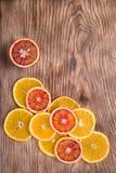 新鲜的水多的桔子 吃健康 橙色背景 库存照片