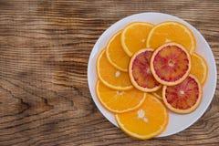 新鲜的水多的桔子 吃健康 橙色背景 库存图片
