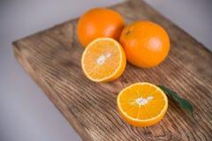 新鲜的水多的桔子 吃健康 橙色背景 免版税库存照片