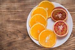 新鲜的水多的桔子 吃健康 橙色背景 图库摄影