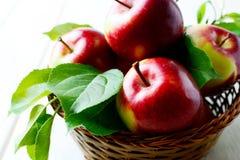 新鲜的水多的红色苹果关闭  库存照片