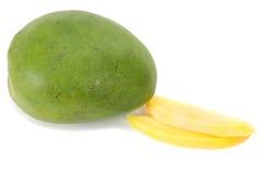 新鲜的水多的芒果果子和两个切片 免版税库存图片