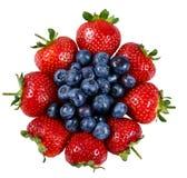 新鲜的水多的草莓用蓝莓 背景查出的白色 免版税库存图片