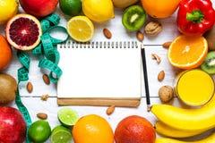 新鲜的水果和蔬菜与坚果健康饮食的在白色木桌上 免版税库存图片