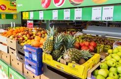 新鲜的水果和蔬菜准备好待售在超级市场 免版税库存图片