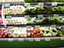 新鲜的水果和蔬菜在杂货的架子 免版税图库摄影